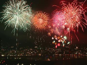 ★熱海海上花火大会★圧巻!大輪の花火が咲き乱れる光景を当館展望デッキから♪