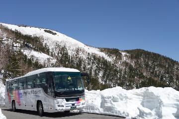 【初夏なのに雪を楽しむ旅】春山バスで乗鞍岳ビューポイントにて雪の回廊を楽しもうプラン