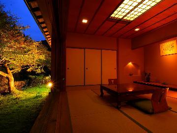特別室『鮎の間-ayu-』庭園を一望!数寄屋造りの特別室で静謐なひと時《絹の膳-kinunozen-》